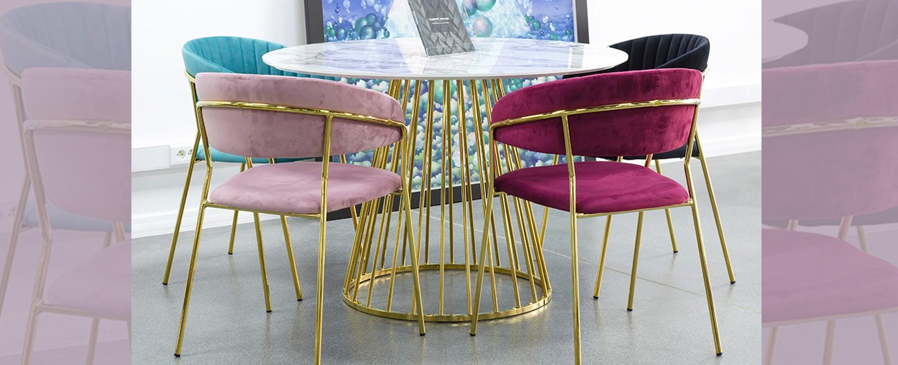 krzesła na złotych nogach